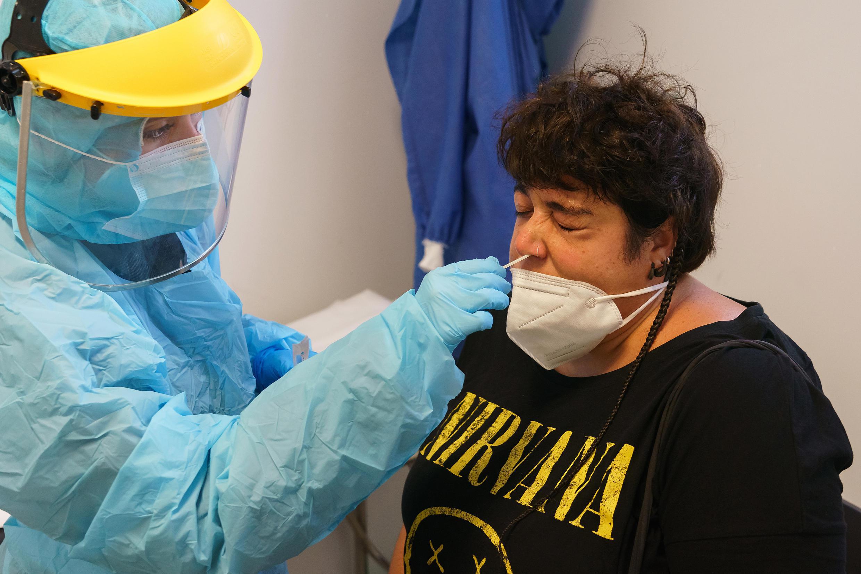 Un trabajador sanitario  realiza un test PCR a una mujer en el centro de salud de La Jota en Zaragoza (España) el 10 de agosto de 2020