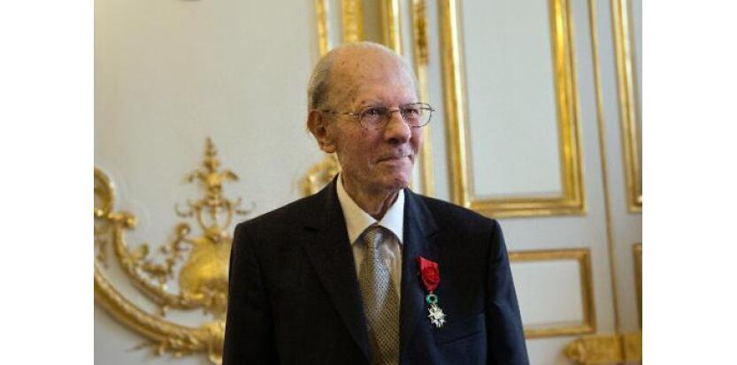 امیل پولا دوسال قبل از مرگ، مدال لژیون دونور را از رئیس جمهور فرانسوا هولاند دریافت کرد