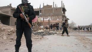Policiers sur les lieux de l'attaque à la voiture piégée qui s'est déroulée dans la province d'Herat.