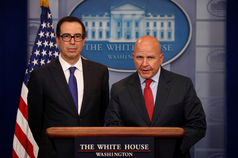 Steven Mnuchin (T) và tướng McMaster thông báo lệnh trừng phạt tổng thống Venezuela, từ Nhà Trắng, Washington, ngày 31/07/2017
