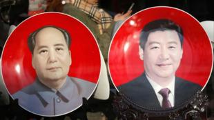 《人民日報》稍早前發布建黨百年百句名言錄,絕大部分出自中共五代領導人之口,毛澤東(左)和習近平(右)各佔30句。圖為2015年兩會期間,習近平與毛澤東的磁像展示