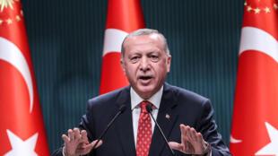 El presidente Recep Tayyip Erdogan habla con la prensa, el 10 de agosto de 2020 en Ankara
