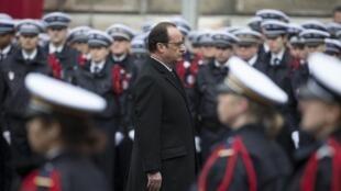 François Hollande, dans la cour de la préfecture de police de Paris, ce mardi 13 janvier lors de l'hommage solennel aux trois policiers tués dans les attaques terroristes de la semaine passée.
