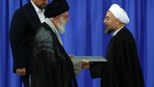"""O guia supremo Ali Khamenei """"ratificou"""" a eleição de Rohani nesta quinta-feira (3)."""