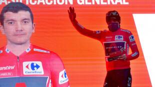 El ciclista ecuatoriano Richard Carapaz, del equipo Ineos, celebra en el podio de la 6ª etapa de la Vuelta a España, el 25 de octubre de 2020 en Formigal
