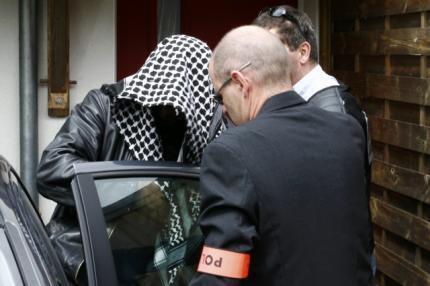 Многоженца Лиса Хеббаджа ведут на допрос в полицию
