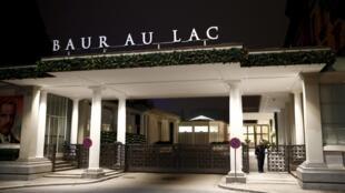 """محوطه ورودی هتل """"Baur au Lac"""" در شهر زوریخ سویس، محلی که امروز ٢ نفر دیگر از مدیران بلندپایه """"فیفا"""" توسط پلیس بازداشت شدند. پنجشنبه ١٢ آذر/ ٣ دسامبر ٢٠١۵"""