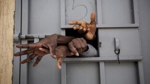Centro de detención en Garabuli, Libia.