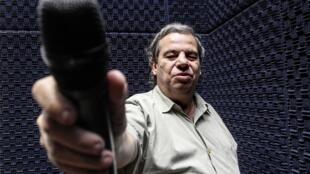 O radialista Marcos Rangel é cego e apresenta o programa Rádio Inclusão, na Rádio Alerj, desde 2017.