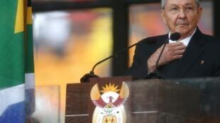Raúl Castro durante la ceremonia en Soweto, este 10 de diciembre en Johannesburgo, Sudáfrica.