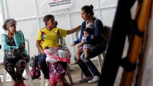 Mujeres esperan ser atendidas por personal de salud, en un albergue para migrantes venezolanos en Cúcuta, 8 de agosto de 2018.