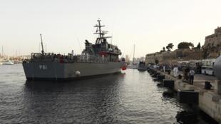 Un navire des Forces armées de Malte transportant des migrants secourus dans le port de La Valette, le 12 octobre 2013.