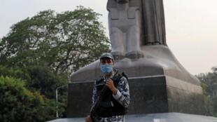 Un policier égyptien portant un masque à Gizeh, en Egypte, le 16 mai 2020.
