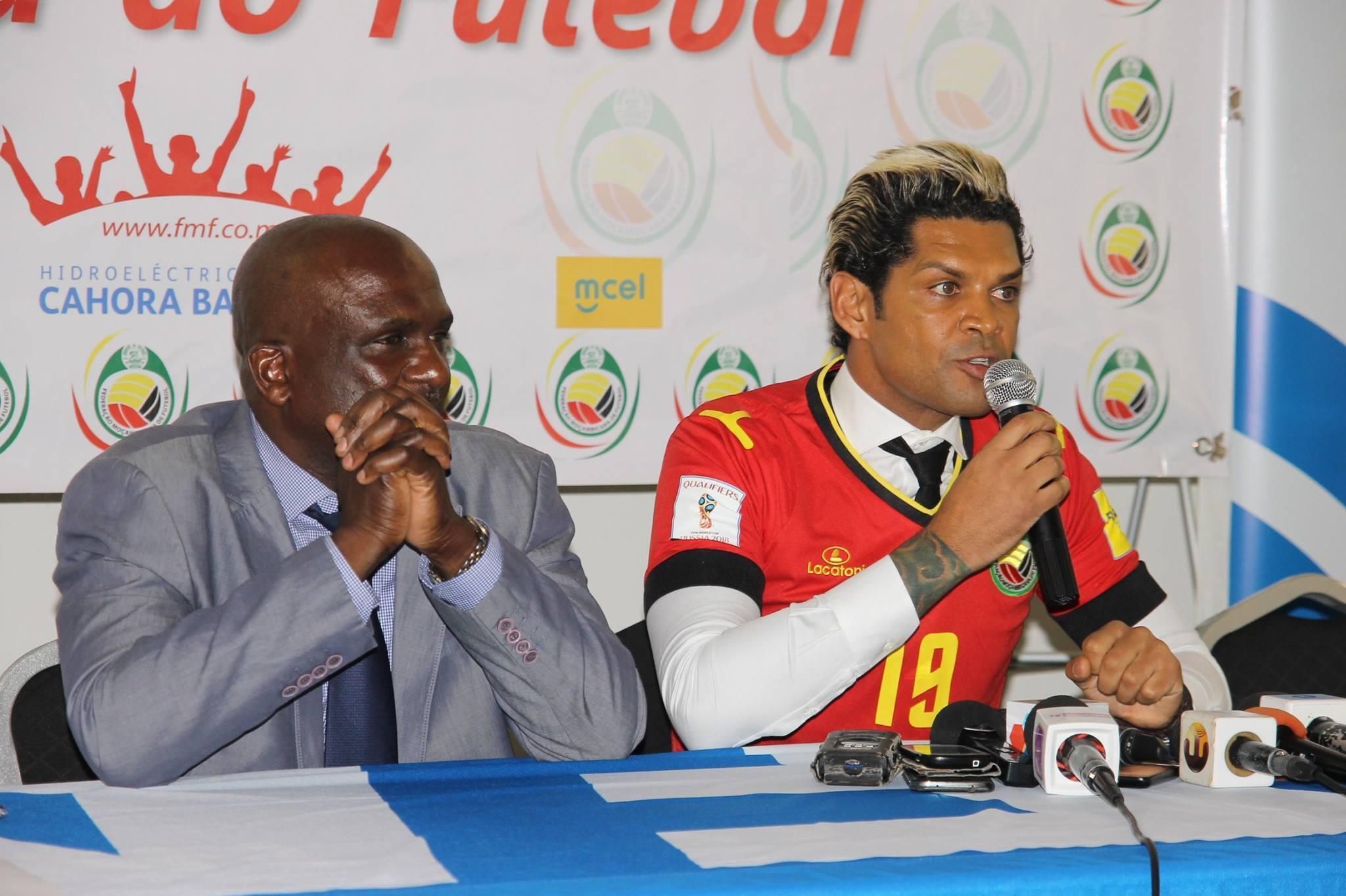 Apresentação de Abel Xavier (direita), novo seleccionador de Moçambique, ao lado do Presidente da Federação Moçambicana, Alberto Simango Júnior.
