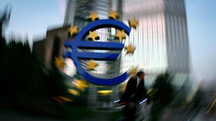 The euro sculpture in front of the European Central Bank headquarters in Frankfurt October 4, 2006. REUTERS/Kai Pfaffenbach/File
