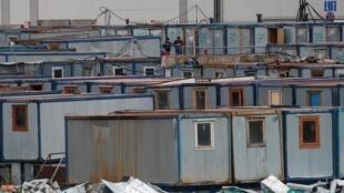 À la périphérie de Moscou, des réfugiés se tiennent au milieu de baraquements de fortune, le 8 mai 2020, pendant l'épidémie de coronavirus qui touche le pays.