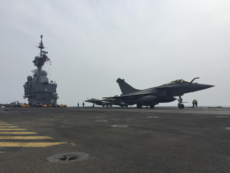 یک فروند جنگندۀ رافال ساخت صنایع نظامی «داسو» بر روی ناو هواپیمابر «شارل دو گل»