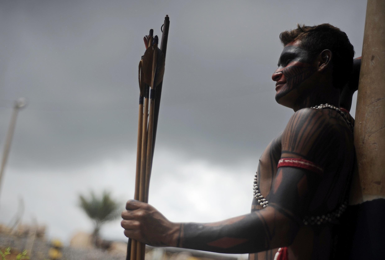 Um índio fiscaliza a entrada do canteiro de obras de Belo Monte