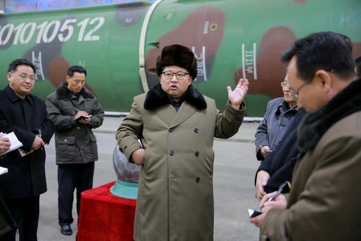 Photo non datée de Kim Jong Un entouré de scientifiques et de techniciens dans le domaine de la recherche sur les armes nucléaires.