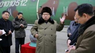 O líder norte-coreano Kim Jong Un ao lado dos cientistas que trabalham no programa nuclear do país