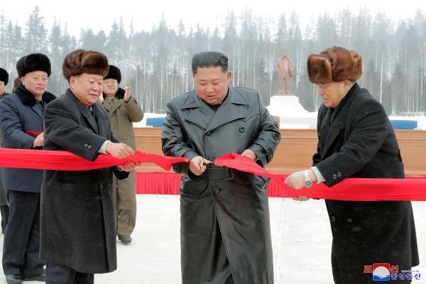Лидер Северной Кореи Ким Чен Ын перерезал красную ленту в окружении чиновников
