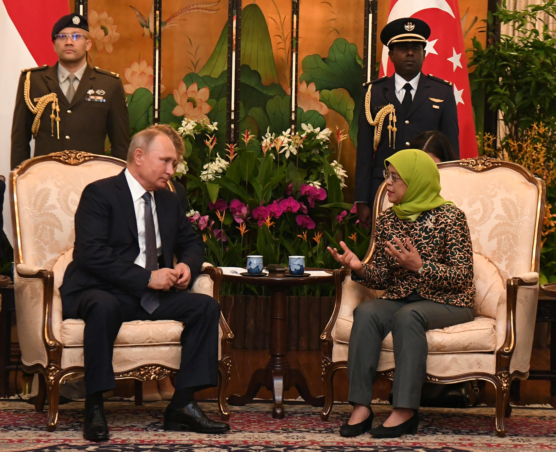 Tổng thống Singapore Halimah Yacob (P) tiếp đồng nhiệm Nga Vladimir Putin, Singapore, ngày 13/11/2018