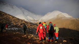 Equipes de resgate iranianas retomaram nesta segunda-feira as operações de busca do avião que caiu no domingo em uma região montanhosa do sudoeste do país.