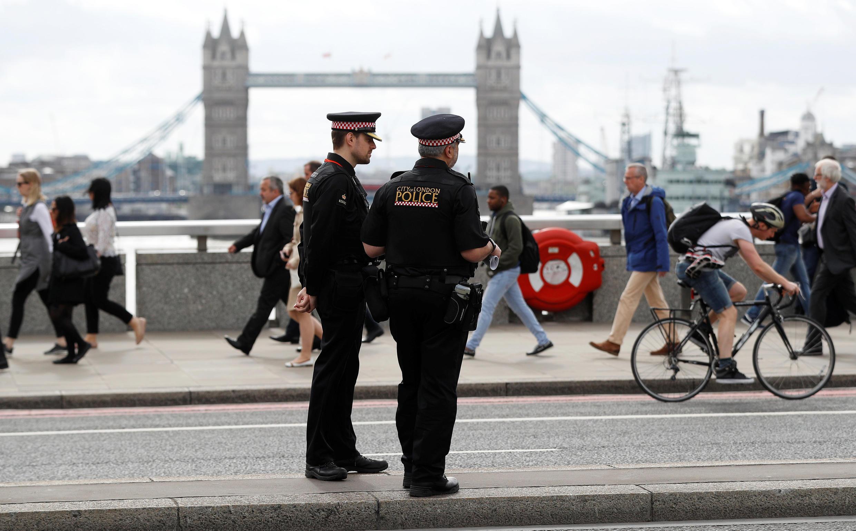 Polisi wakilinda usalama katika daraja lililoshambuliwa jijini London Juni 2 2017