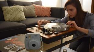 L'engouement pour les produits «tech vintage» se confirme, à l'ère du numérique, ceux-ci séduisant aussi les jeunes comme Marie, Parisienne de 24 ans, passionnée de vinyles et de photo instantanée.