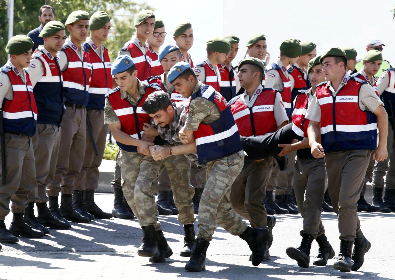 Soldados turcos foram demitidos