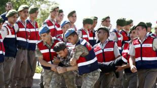 Un soldat accusé d'avoir tenté d'avoir voulu assassiner le président turc Recep Tayyip Erdogan emmené par les gendarmes au palais de justice de Mugla, le 14 juillet 2017.
