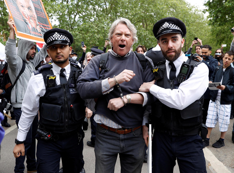 Polícia, no Hyde Park, em Londres prende manifestante durante protesto contra medidas de luta contra o Covid-19