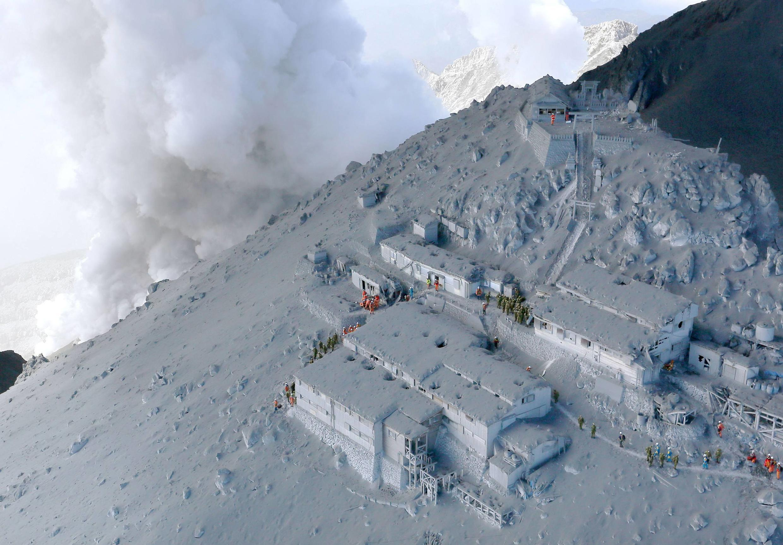 As equipes de resgate japoneas tiveram que interromper as operações de busca por causa da densidade dos gases tóxicos.