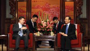 El presidente colombiano, Juan Manuel  Santos, se reunió el 9 de mayo en Pekín con su homólogo chino, Hu Jintao,  para impulsar la cooperación en sectores como la energía, las infraestructuras,  en particular las petroleras, la alimentación y la cultura.