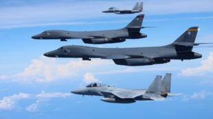 Bombardeiros B-1 Lancer escoltados por caças F-15.