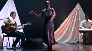La chanteuse Perrine Fifadji chante son album «Une goutte d'eau».