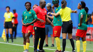 Le sélectionneur camerounais Alain Djeumfa entre ses joueuses et l'arbitre, l'art du compromis.