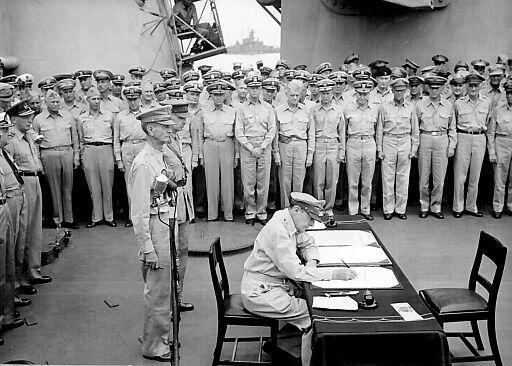 El general Douglas MacArthur firma el Acta de Rendición de Japón, el 2 de septiembre de 1945.