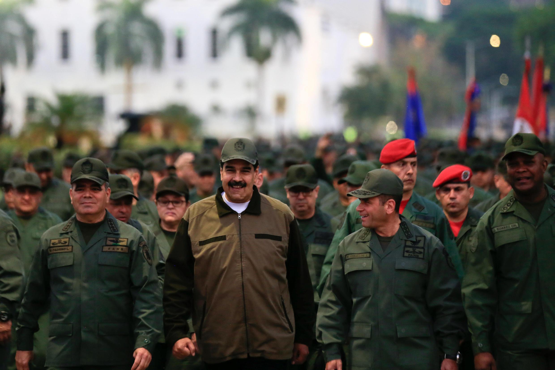 Shugaban Venezuela Nicolas Maduro tare da dubban dakarun rundunar sojin kasar a birnin Caracas.