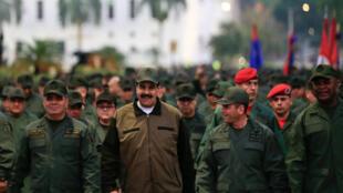 Le président Nicolas Maduro, sourit en marchant aux côtés du ministre vénézuélien de la Défense et du commandant des opérations stratégiques des Forces armées nationales bolivariennes, à Caracas, le 2 mai.