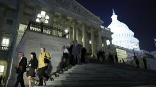 Integrantes do Congresso americano deixam o Capitólio no final da votação, na noite de quarta-feira, 16 de outubro de 2013.