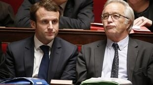 Le ministre du Travail François Rebsamen (d.), aux côtés d'Emmanuel Macron, ministre de l'Economie (g.), à l'Assemblée nationale, le 9 décembre 2014
