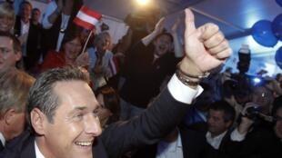 Le leader du parti d'extrême-droite, Heinz-Christian Strache, célèbre avec ses partisans la victoire aux élections provinciales, le 10 octobre 2010.