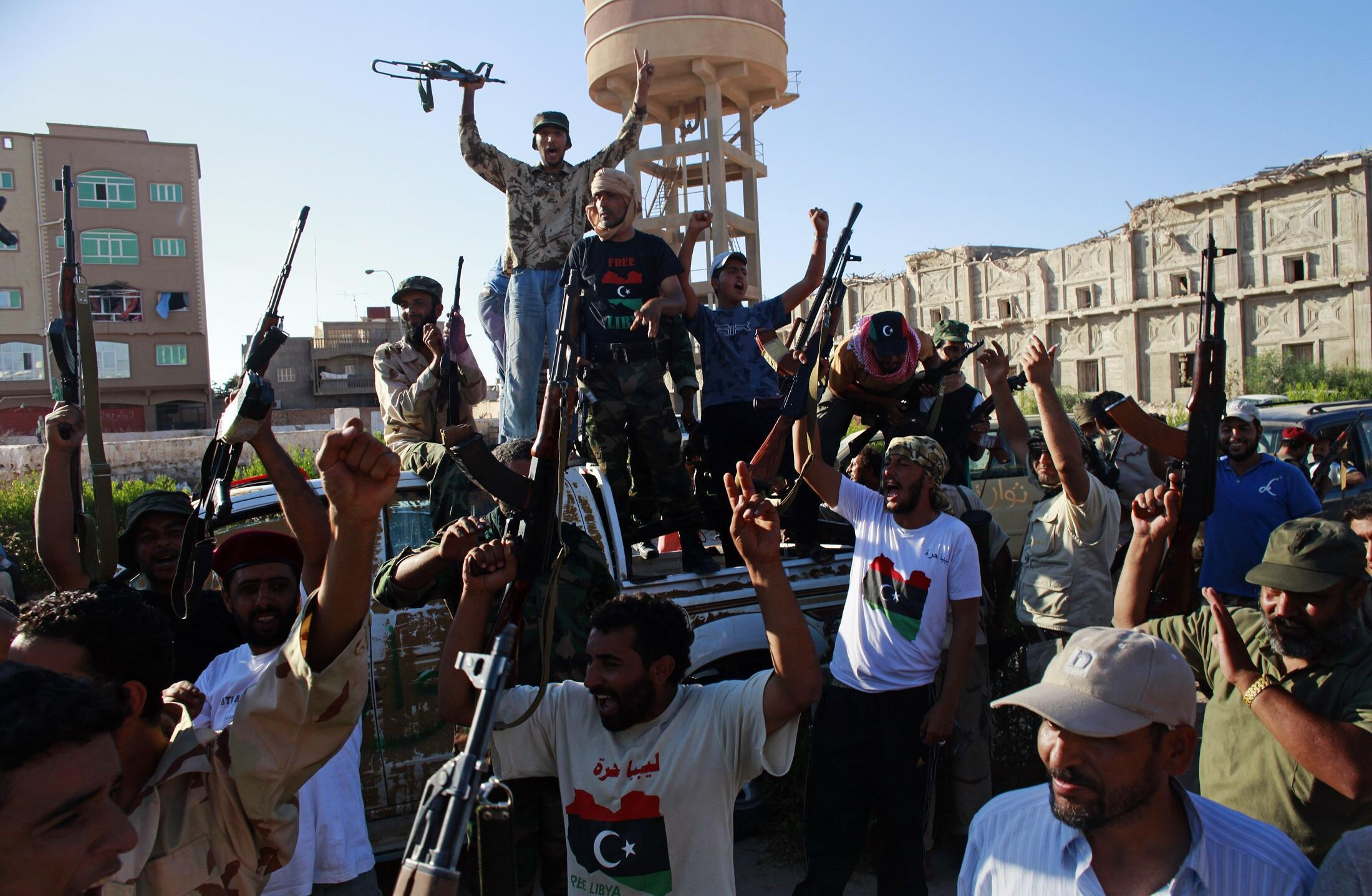 Los rebeldes celebran la toma de control de la ciudad de Sabratha a 65 km de la capital, el pasado 18 de agosto