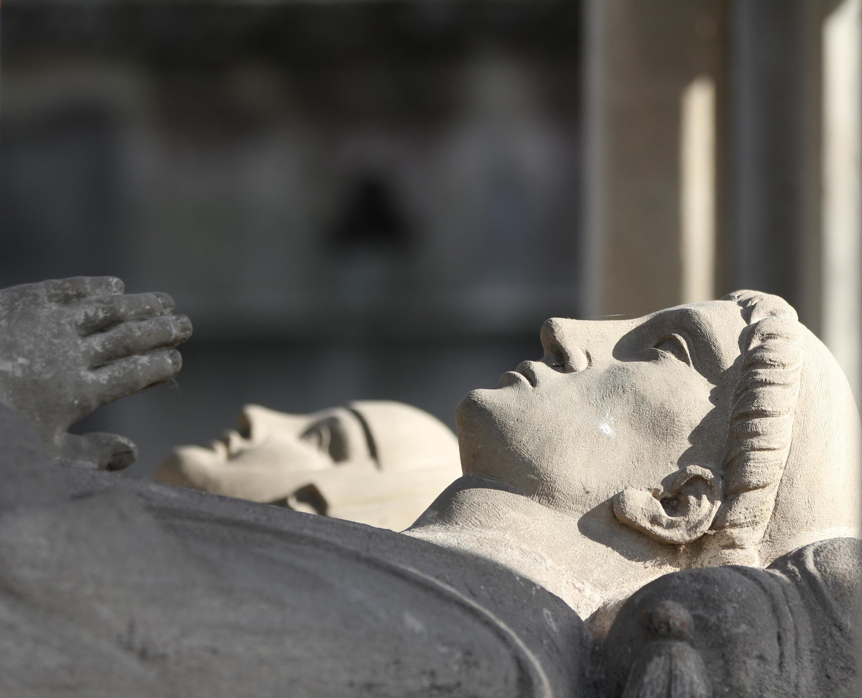 拉雪茲神父公墓里,阿貝拉德和埃洛伊斯並肩而卧的石像。