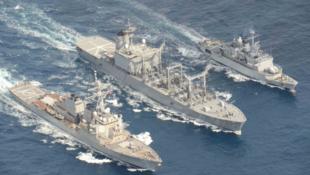 2月19日美日法三国军舰联合演练图片