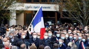 Rassemblement devant le collège du Bois d'Aulne à Conflans-Sainte-Honorine, le 17 octobre.