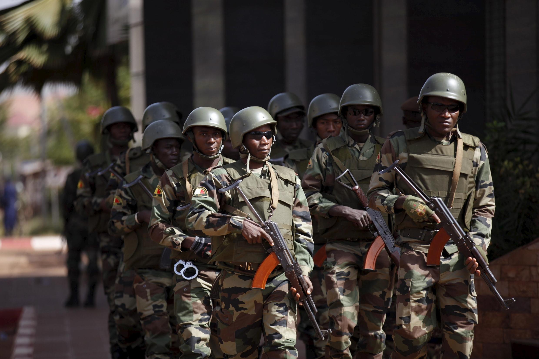 Binh lính Mali đi tuần ngày 21/11/2015 ở khu vực khách sạn bị tấn công Bamako.