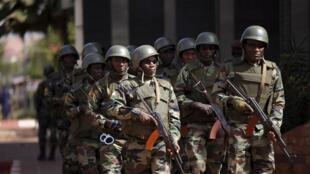 Soldados do Mali patrulham as ruas da capital Bamako neste sábado (21) em busca de três suspeitos do atentado de ontem.