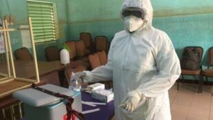 Un agent de santé dans le centre de dépistage Pôgbi à Ouagadougou.